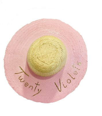 "Pamela hat ""TWENTY"""